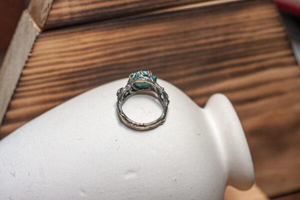 Бронзовое кольцо из веточек и листьев