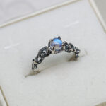Золотое помолвочное кольцо с лунным камнем