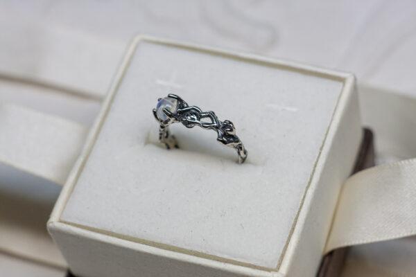 Кольцо из белого золота с лунным камнем