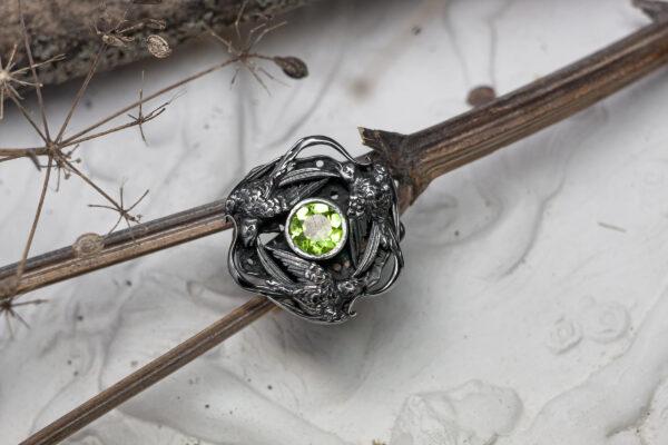 Кольцо из серебра с хризолитом и птицами