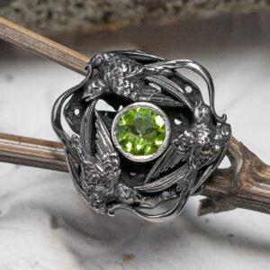 Массивное серебряное кольцо с хризолитом