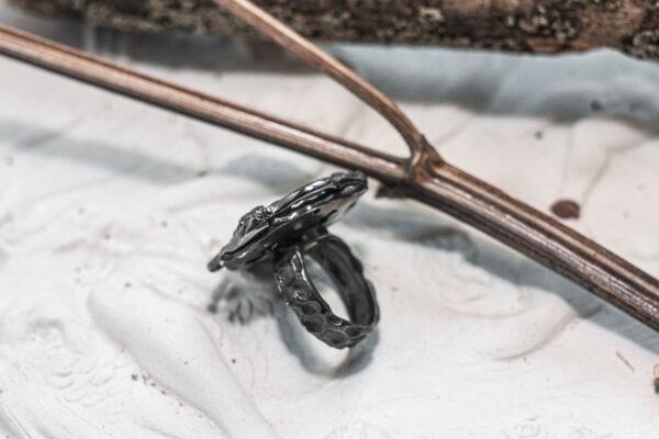 Необычное кольцо с ласточками