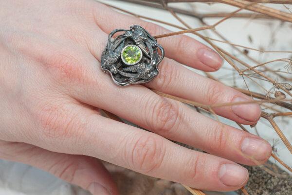 Эффектное кольцо с хризолитом