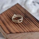 Золотое кольцо-веревка с сапфиром