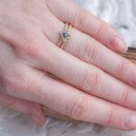 Тонкое золотое кольцо с сапфиром