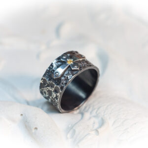 Фактурное мужское кольцо из серебра с цитрином
