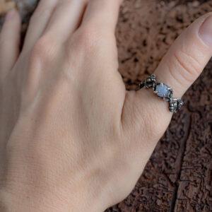 Нежное серебряное кольцо с лунником