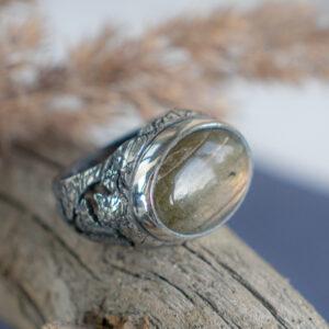 Женский перстень с лабрадоритом