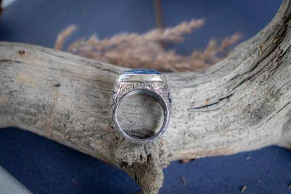 Женский перстень из серебра с кианитом