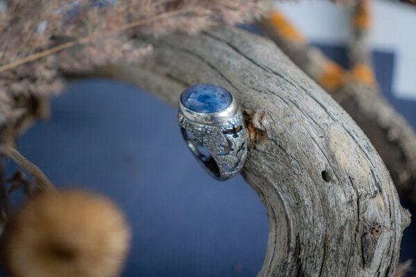 Крупный женский перстень с кианитом