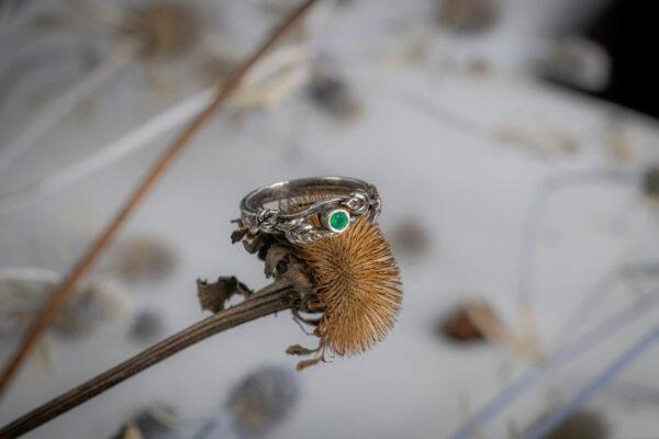 Лесное кольцо с зеленым камнем