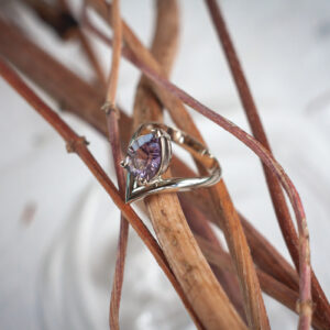 Кольцо из белого золота с аметистом