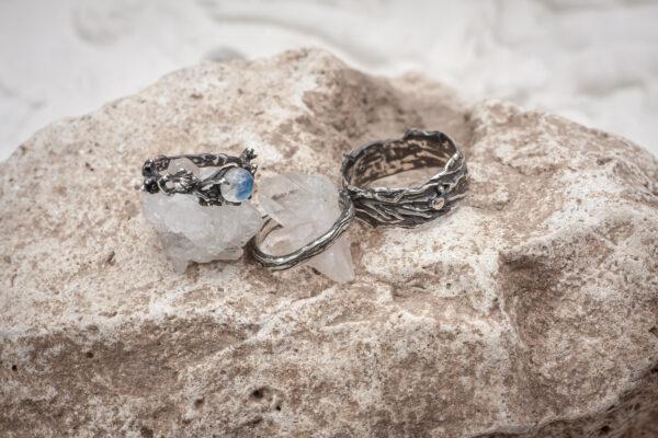Фактурные свадебные кольца с лунным камнем