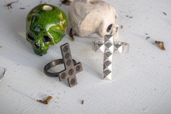 Серебряные кольца в форме крестов