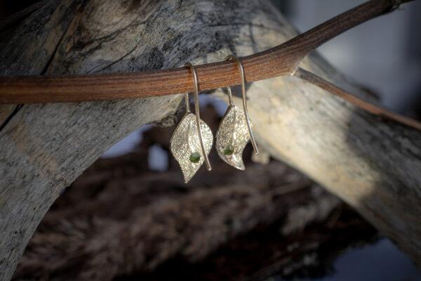 Золотые серьги в форме листиков