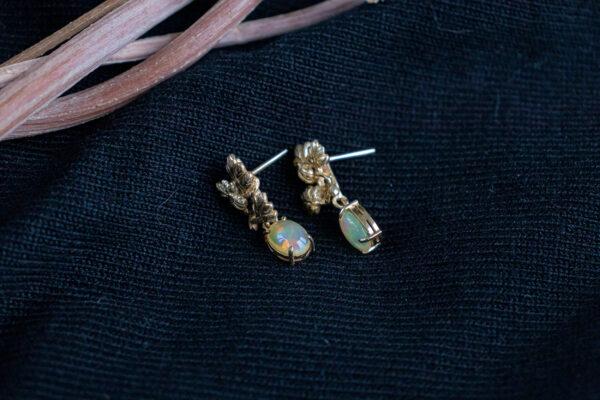 Бронзовые серьги-гвоздики с опалами