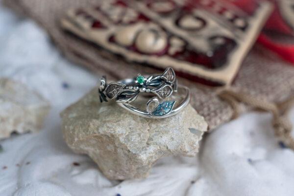 Парные кольца из серебра с изумрудом