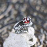 Серебряное кольцо-змея с гранатом