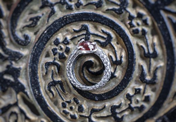 Миниатюрное кольцо с гранатом