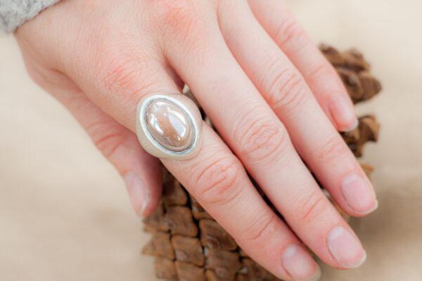 Стильное кольцо с лунным камнем