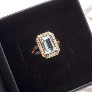 Кольцо из золота с драгоценными камнями