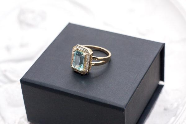 Помолвочное кольцо с аквамарином и бриллиантами