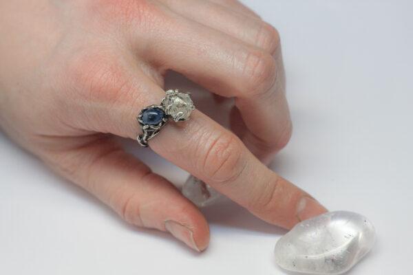 Необычное кольцо с сапфиром и кристаллом Херкимера