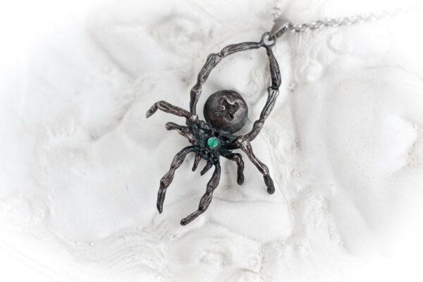 Серебряный кулон-паук с изумрудом