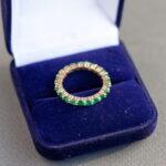 Стильное кольцо с изумрудами
