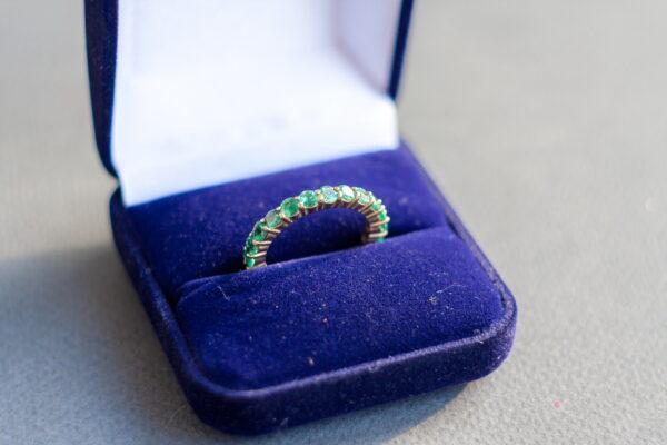 Тонкое золотое кольцо с изумрудами