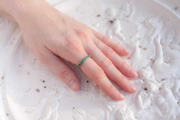 Вечернее кольцо из золота с изумрудами