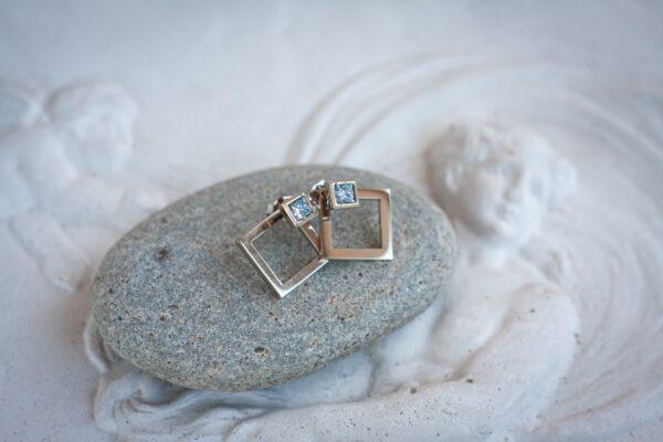 Золотые серьги-гвоздики с бриллиантами