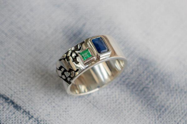 Мужское кольцо с сапфиром и изумрудом