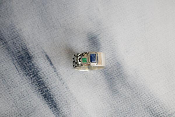 Серебряное кольцо с двумя камнями