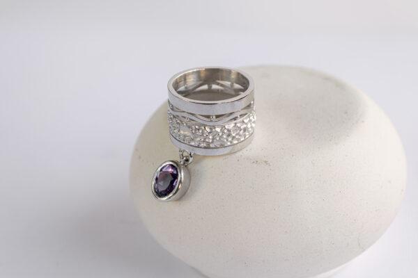 Широкое кольцо с аметистом