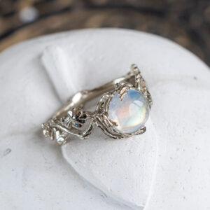 Золотое кольцо с лунным камнем