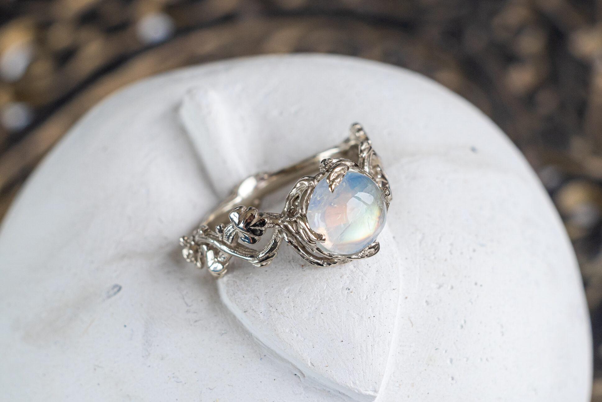 Кольцо из белого золота с лунным камнем «Тенере»