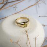 Лаконичное золотое кольцо с сапфиром