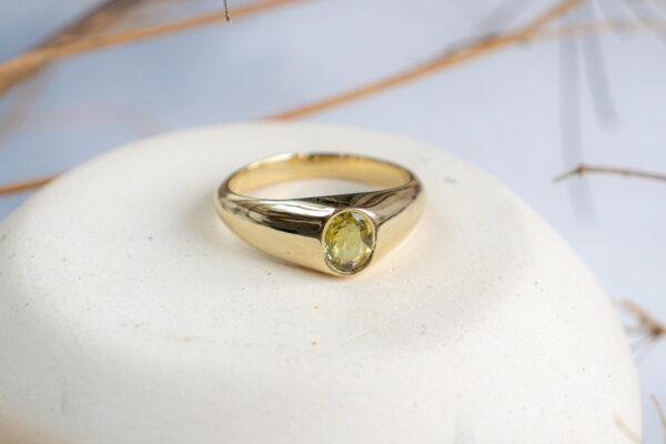 Золотое кольцо с желтым сапфиром
