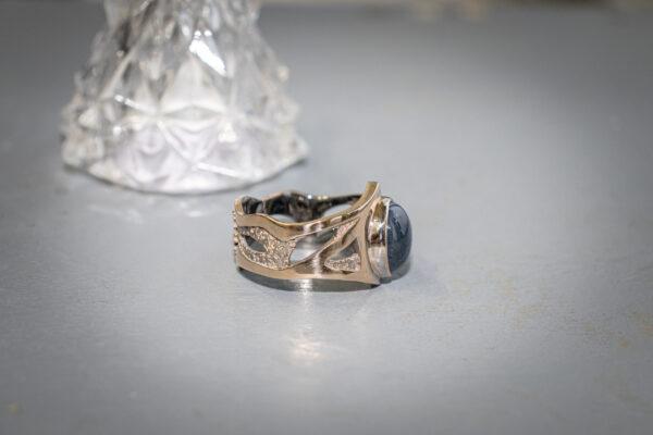 Золотое кольцо-корона с сапфиром