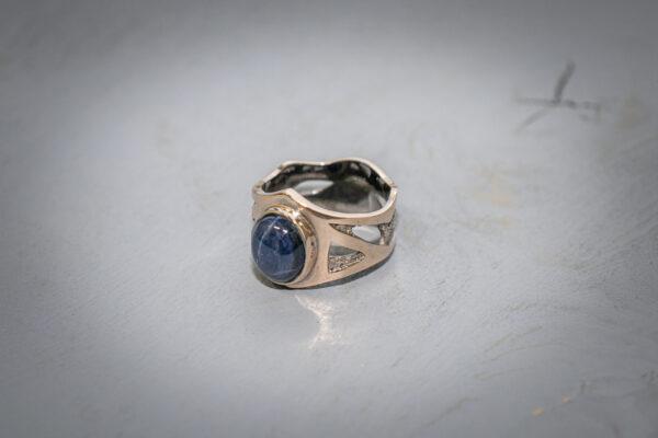 Кольцо из красного золота с сапфиром