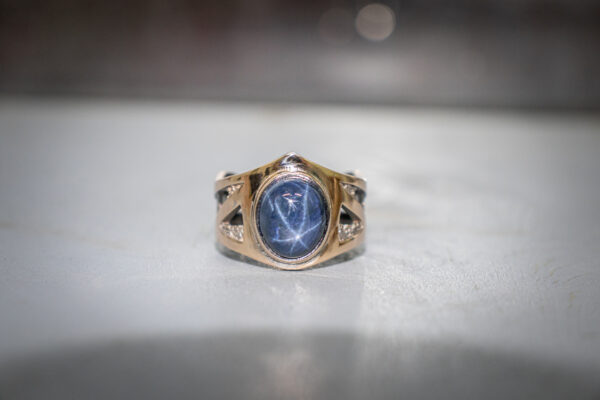 Крупное золотое кольцо с сапфиром