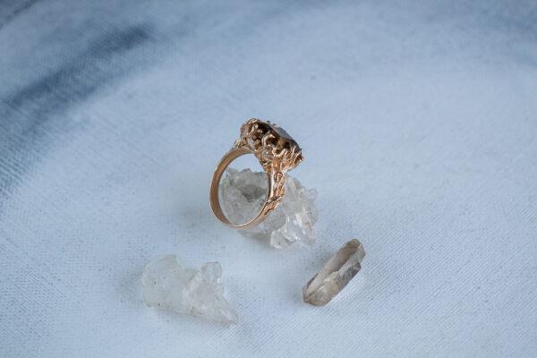 Золотое кольцо в классическо-абстрактном стиле