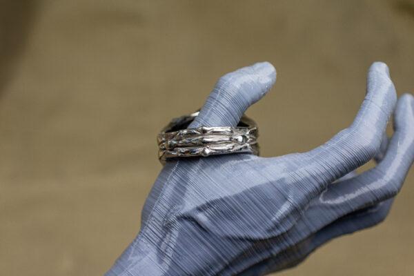 Массивное кольцо из белого золота