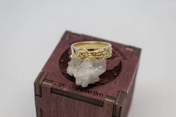 Фактурное золотое кольцо