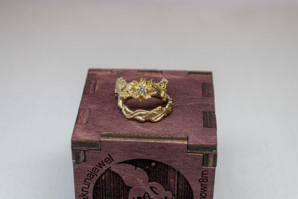 Сет золотых колец с бриллиантом