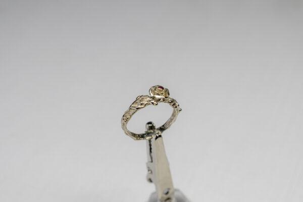Тонкое кольцо с рубином