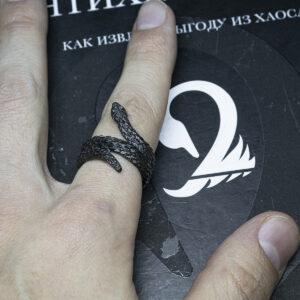 Готическое кольцо со змеей