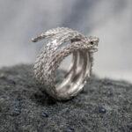 Кольцо-змея с изумрудами
