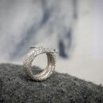 Кольцо со змеей и изумрудами
